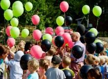 Foto:  Jonas Böttiger Magnus är en av de lärare på Skapaskolan som får eleverna att längta till måndagar. Här är barnen på skolstarten där de skickar ballonger till skyn med önskningar om vad som ska hända på skolan framöver.