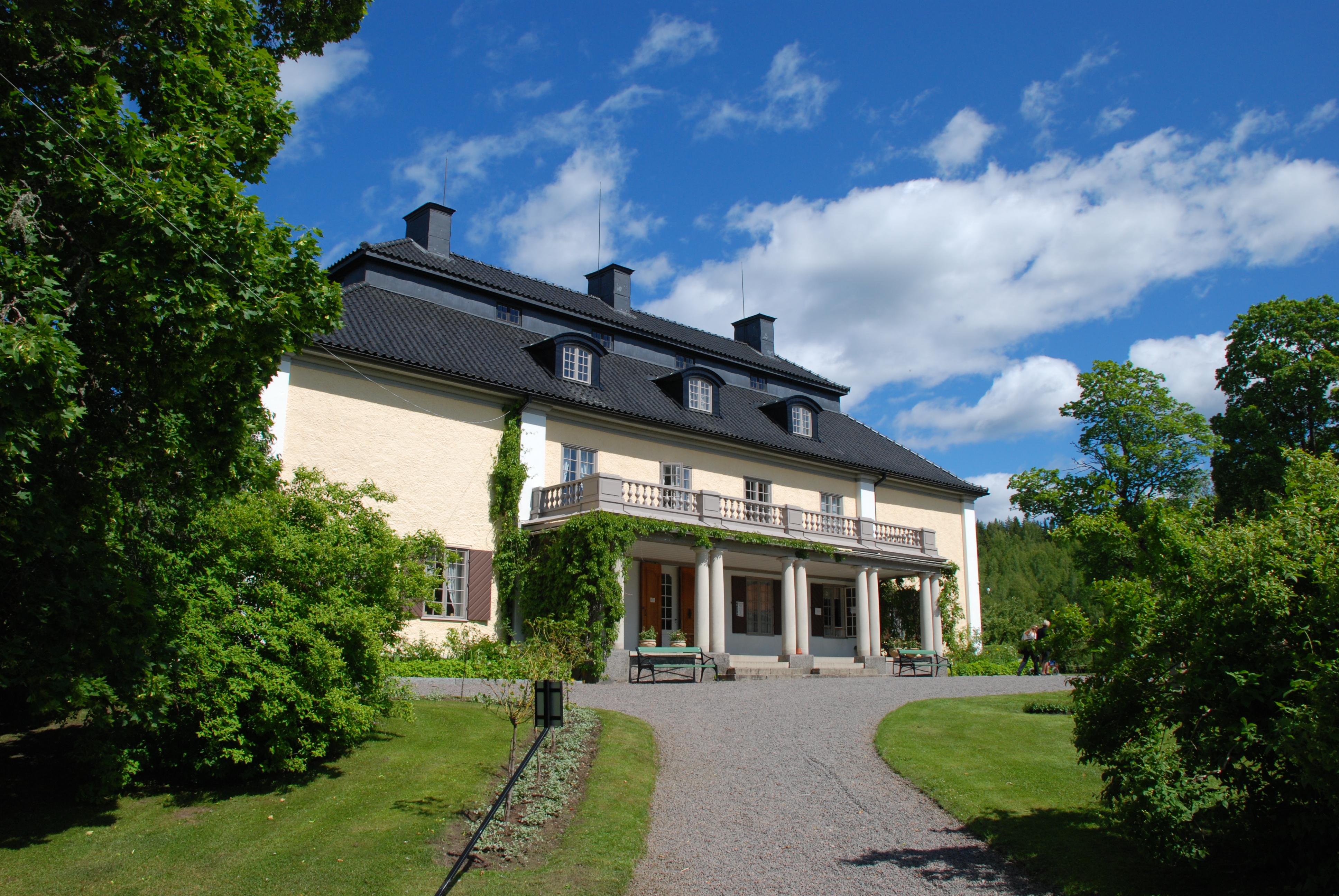 Selma Lagerlöf föddes på Mårbacka och efter hennes död förvaltas huset enligt hennes testamente av en privat stiftelse. De har som uppgift att bevara huset som en släkt- och minnesgård.  Besöker du huset kan du ta del av utställningar, teater, fika och bokcirklar bland annat.